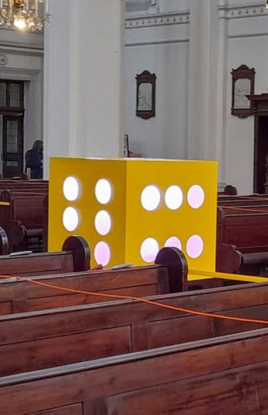 Dieses Mal stehen ja ganz komische Dinge in der Kirche herum, ein Riesenwürfel ...
