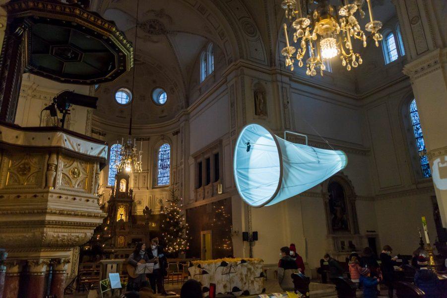 Über uns hängt ein großer, hell leuchtender Hörtrichter, also Pssst!, damit wir auch die leisen Geräusche hören!