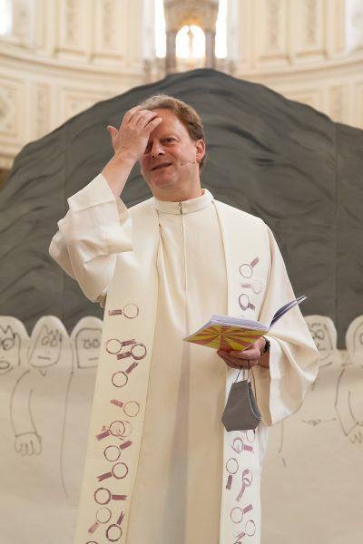 ... beginnen wir den Gottesdienst gemeinsam mit dem Kreuzzeichen.