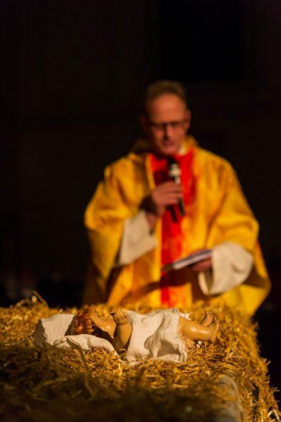 Gregor segnet uns, während das Jesuskind friedlich in seinem Strohbett liegt.