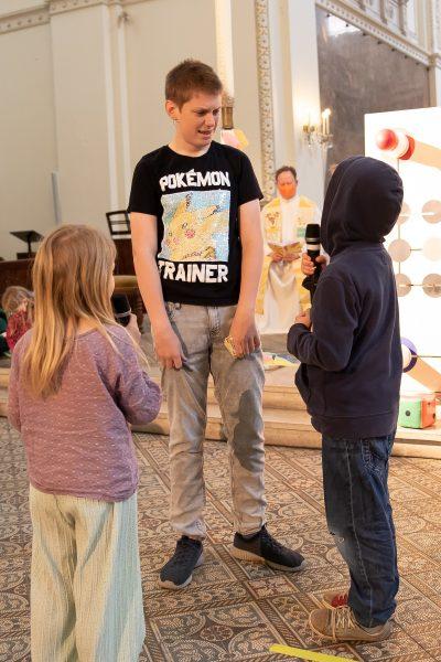 Manuel und Adam spielen miteinander, Hannah möchte gerne mitmachen - aber Manuel will das nicht. Adam hätte Hannah gerne dabei, aber er schafft es nicht, sich zu überwinden und für Hannah einzutreten.