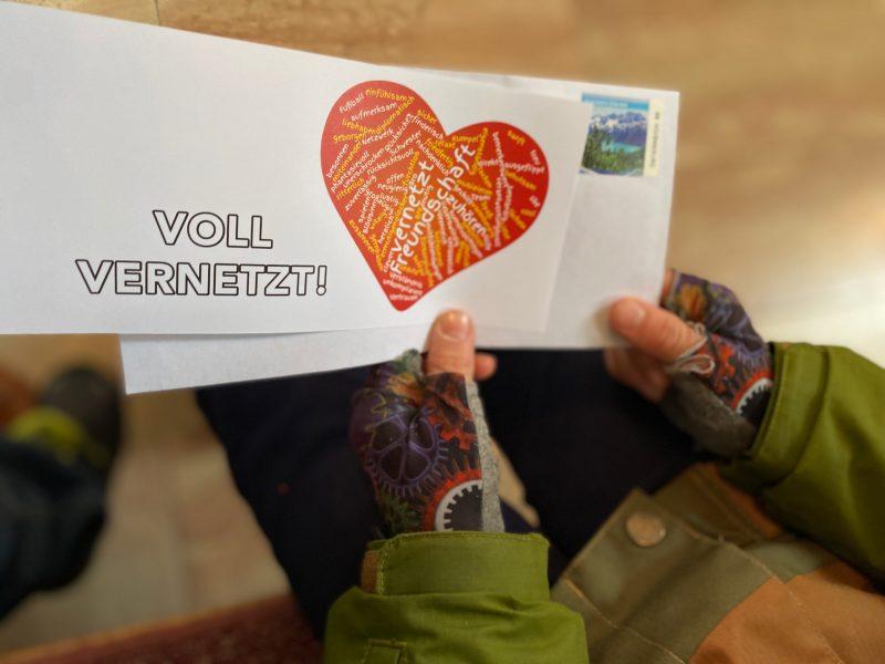Bevor wir nach Hause gehen, nehmen wir eine Grußkarte mit - wir wollen auch andere in unser Netz hineinnehmen und ihnen sagen: Ich mag dich! Ich hab dich lieb!