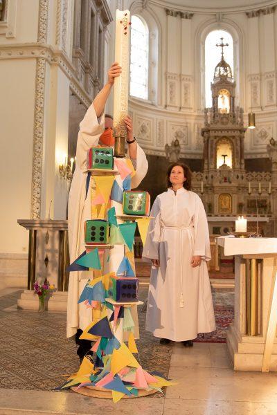 Als Zeichen dafür, dass Jesus immer bei uns ist, zünden wir die Osterkerze an.