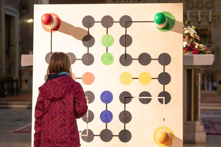 Der Riesenwürfel leuchtet rot, die Spielfiguren kommen nicht auf das Spielfeld raus.